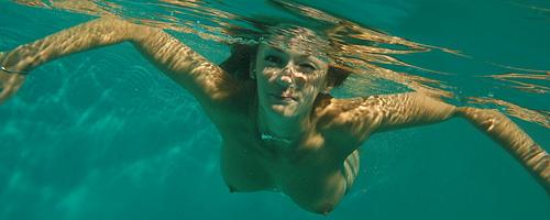 Nago pod wodą w basenie