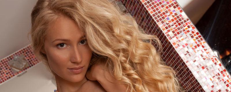 Naomi Kiss – Białe pończochy i podwiązki