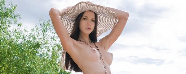 Natali w słomkowym kapeluszu