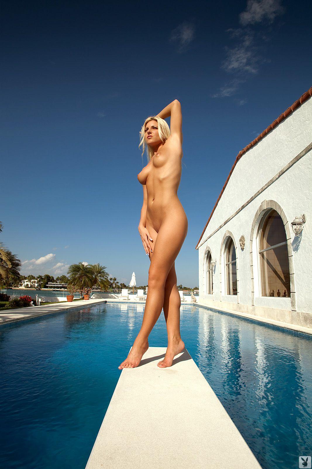 Секси у бассейна 7 фотография