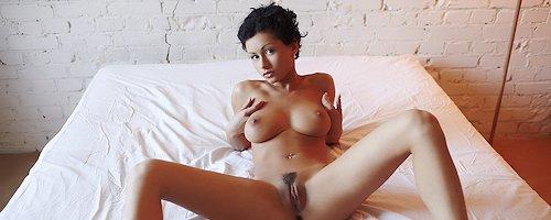 Pammie Lee naga na łóżku