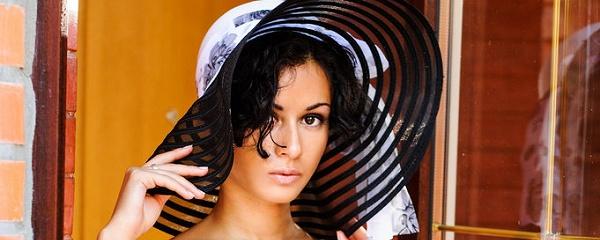Pammie Lee w kapeluszu plażowym