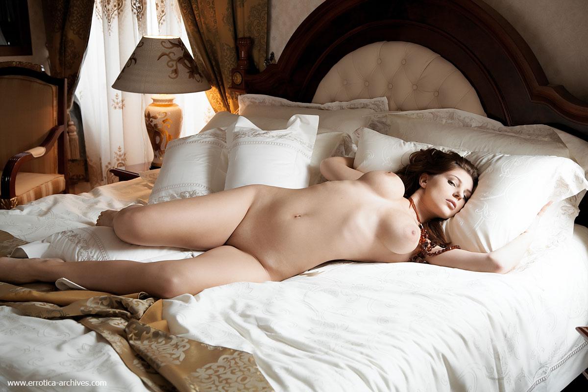 golie-v-posteli