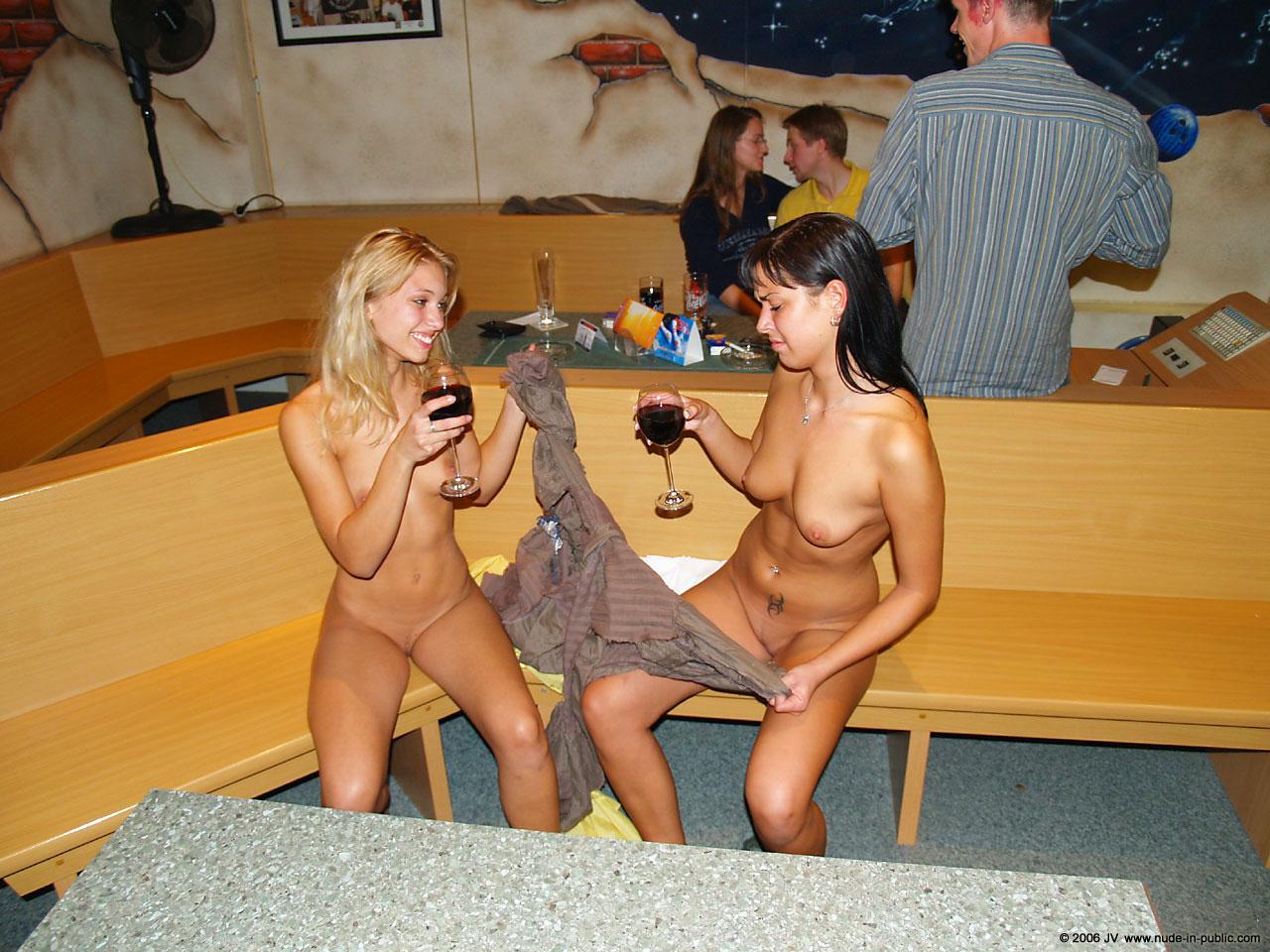 Стриптиз на публике с аналом порно 11 фотография