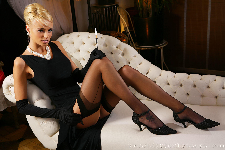Сексуальная блондинка в чулках фото 3 фотография