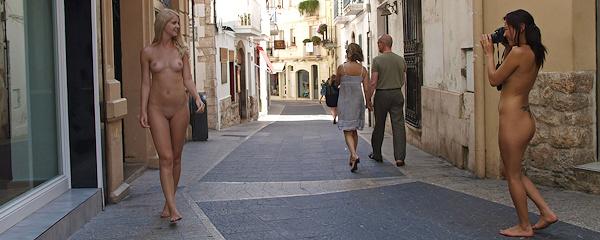 Samantha Heat i Agnes – Spacer nago po Barcelonie