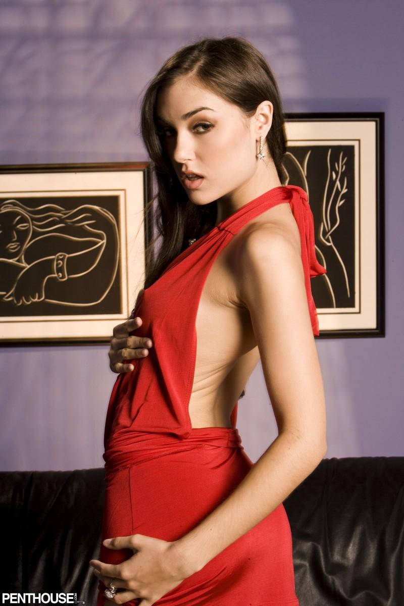 gruba piosenkarka w czerwonej sukience