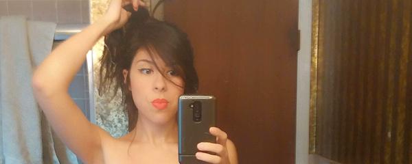 Selfie w łazience przed lustrem