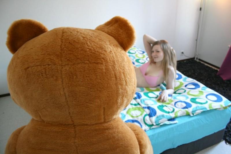 Девушка занимается сексом с плюшевым медведем видео