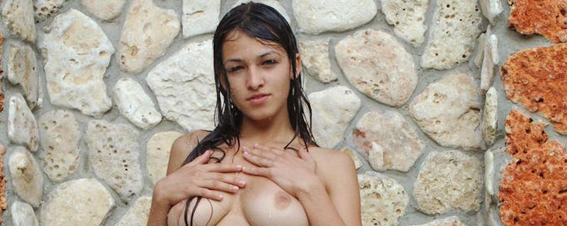 Sofi – Prysznic w ogrodzie
