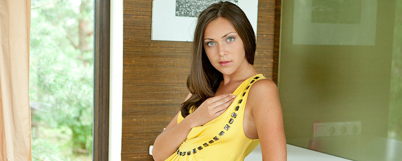 Sophia w żółtej sukience