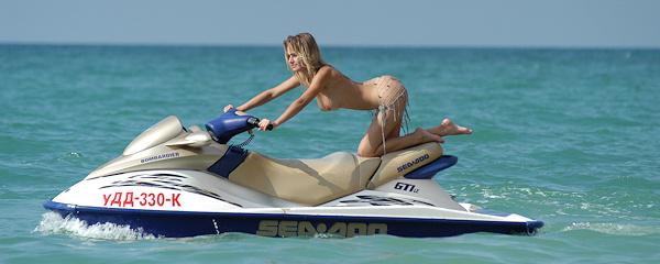 Uliya na skuterze wodnym