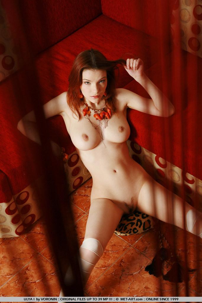На красном диване с рыжей