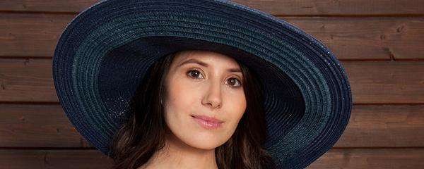 Vanessa Angel w kapeluszu na lato