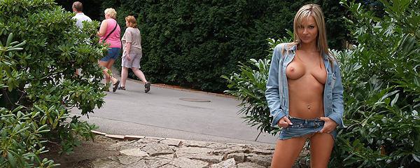 Vendula Bednarova – Spacer w jeansowej mini