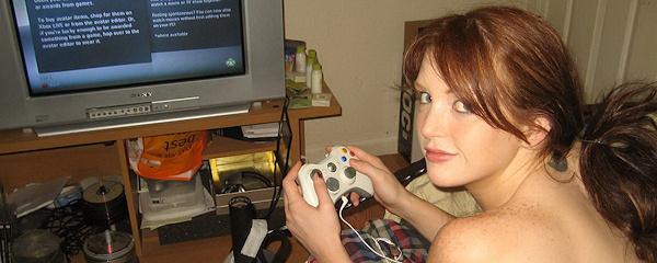 Veronica Ricci gra nago w Xbox`a