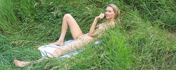 Wild Eva – Nago na łące